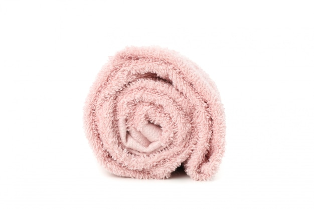 Toalla rosa enrollada aislado en blanco, de cerca