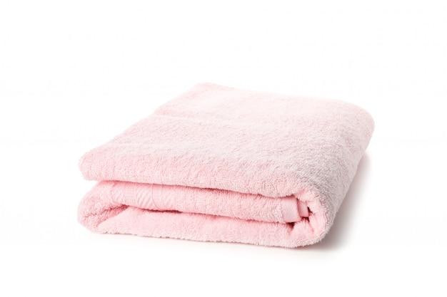 Toalla rosada doblada aislada en blanco, cierre para arriba