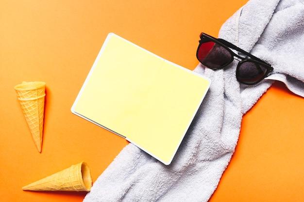 Toalla de sol con lentes de toalla y gofres con helado.