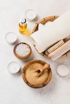 Toalla de spa de primer plano con sal y aceite