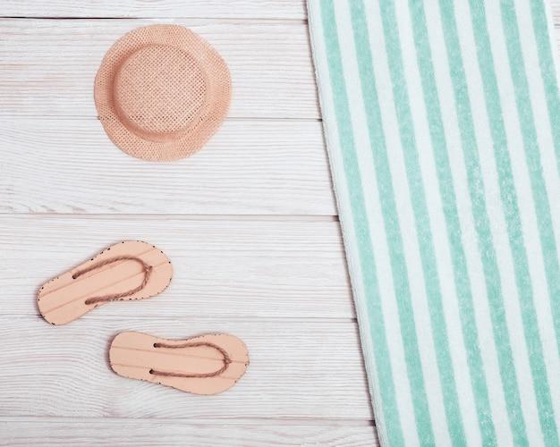 Toalla y zapatillas de playa con gorro