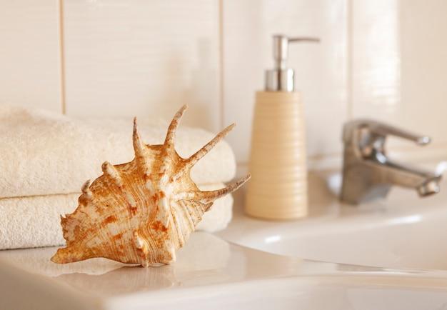 Toallas de algodón blanco cockleshell y bath y botella de cerámica