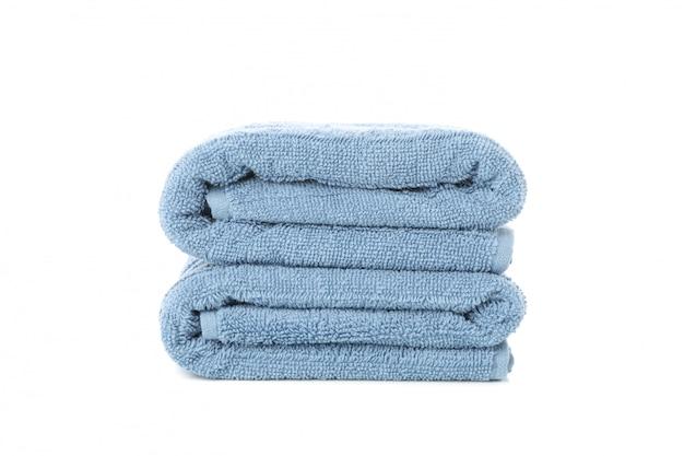 Toallas azules dobladas aisladas en blanco, de cerca