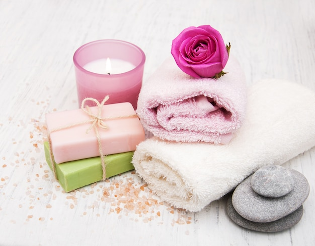 Toallas de baño con rosas rosas.