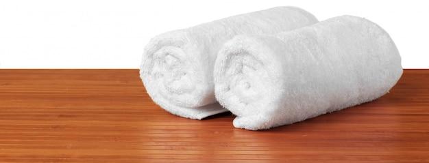 Toallas blancas sobre la mesa