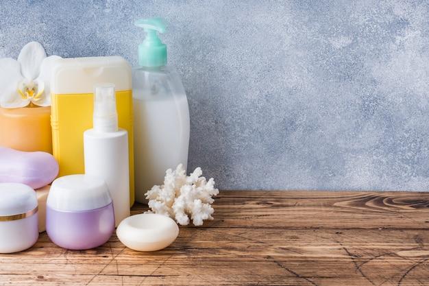 Toallas crema jabón y accesorios de baño.
