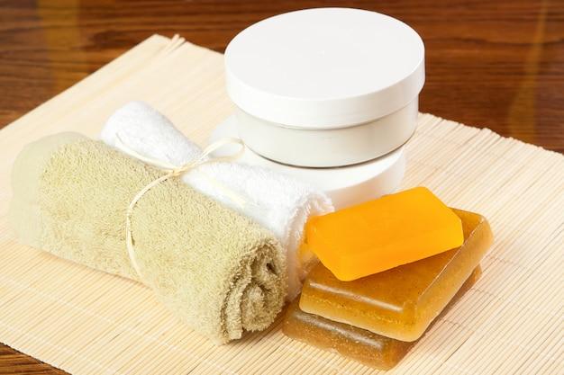 Toallas, crema y jabón artesanal.