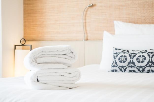 Toallas dobladas encima de una cama