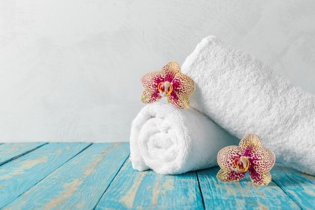Toallas con flor de orquídea
