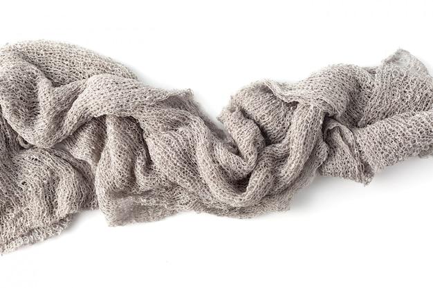 Toallas grises sobre fondo blanco.