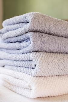 Toallas perfumadas de primer plano en el spa