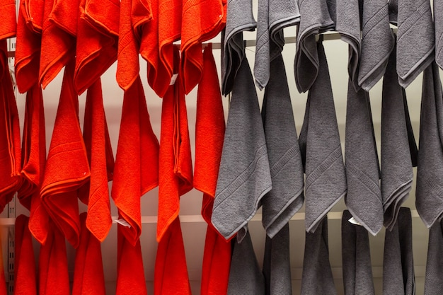 Toallas rojas y grises colgadas en la pared