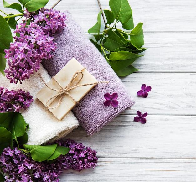 Toallas de spa y flores de jabón y lolac