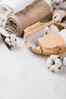 Toallas de spa de primer plano con cepillo y jabón