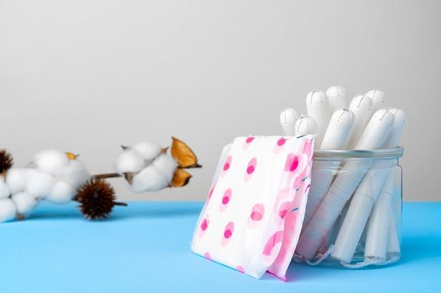 Toallas y tampones femeninos sobre papel azul