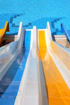 Tobogán de agua con piscina