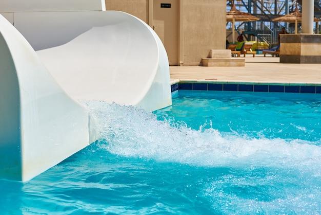 Tobogán del parque de aguas blancas y piscina.