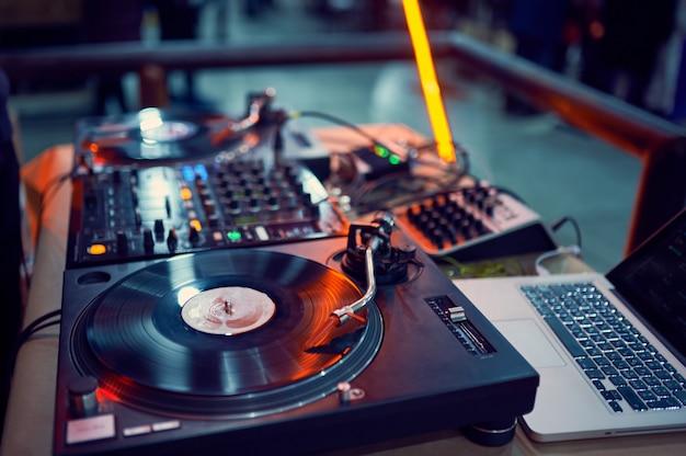 Tocadiscos, disco de vinilo en discoteca.