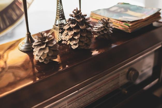 Tocadiscos od con placas superiores, candelabro de metal y conos en