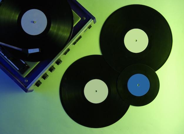 Tocadiscos de vinilo retro. discos de vinilo