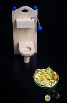 Tocador de juguete de madera y cápsulas amarillas.