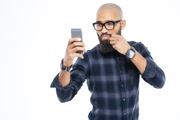 Tocando el bigote y tomando selfie