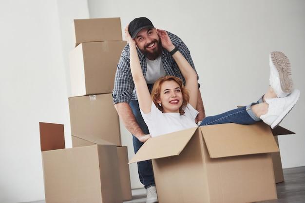 Tocando la cara del hombre. pareja feliz juntos en su nueva casa. concepción de mudanza