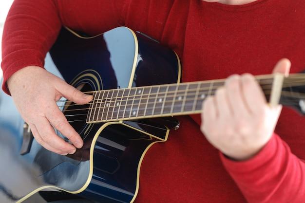 Tocando la guitarra de cerca. imagen de enfoque selectivo