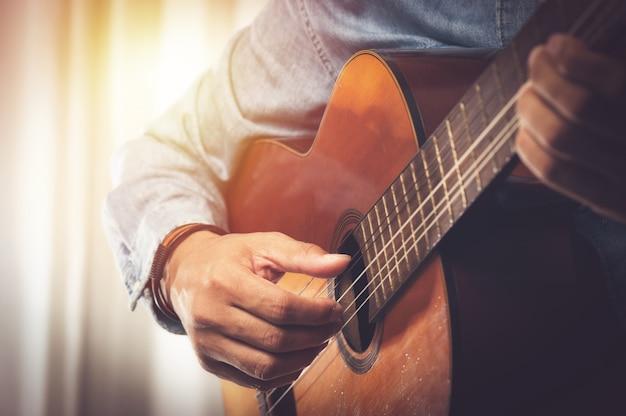 Tocando guitarra clasica