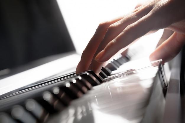 Tocando el piano. de cerca