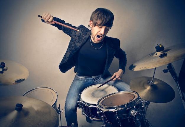 Tocando en un tambor