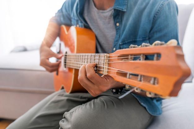 Tocar la guitarra. guitarra acústica en manos del guitarrista.