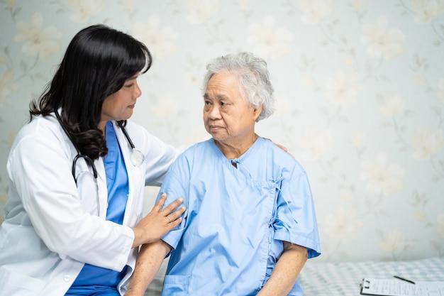 Tocar paciente mujer senior asiática con amor
