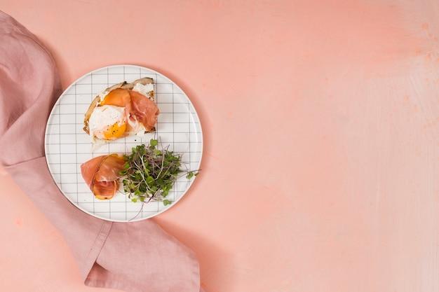 Tocino y huevos con espacio de copia