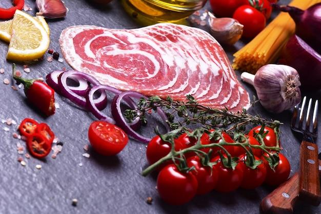 Tocino italiano con especias y verduras