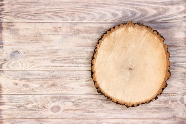 Tocón de madera sobre un fondo de madera rústica