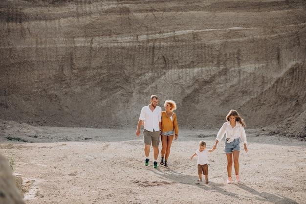 Toda la familia divirtiéndose en una cantera de arena