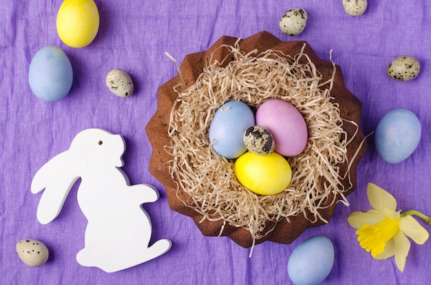 Todavía de pascua vida, torta de pascua, en un fondo violeta de la materia textil.