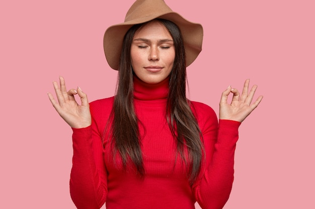 Todo es perfecto. mujer pecosa relajada vestida con sombrero y suéter de cuello alto rojo