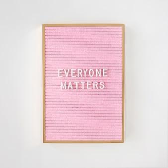 Todo el mundo importa cita en una tela rosa.