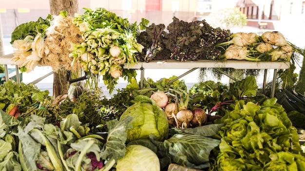 Todo tipo de vegetales saludables en el mercado de agricultores.