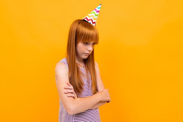 Todos se olvidaron del cumpleaños de la hermosa niña caucásica, imagen aislada en amarillo