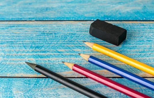 Todos los sacapuntas de colores en la mesa de madera borrosa