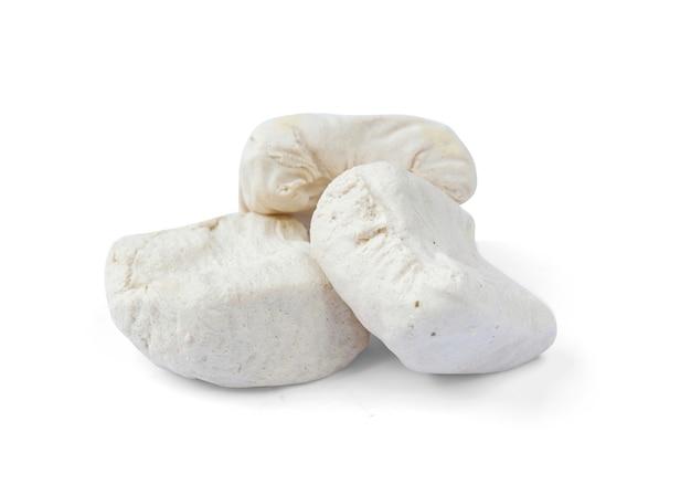 Tofu blanco aislado sobre un fondo blanco.