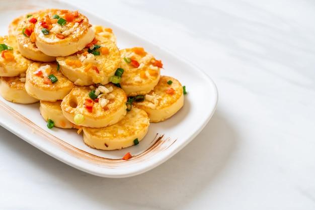 Tofu de huevo frito suave con ajo