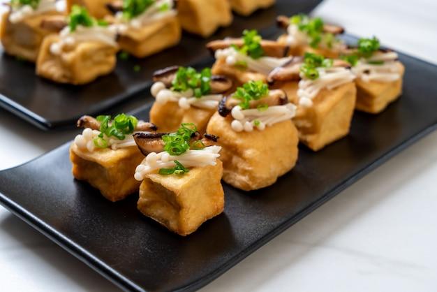 Tofu a la parrilla con hongos shitake y hongos aguja dorada
