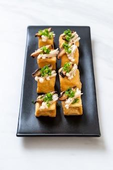 Tofu a la plancha con setas shitake y setas con agujas doradas