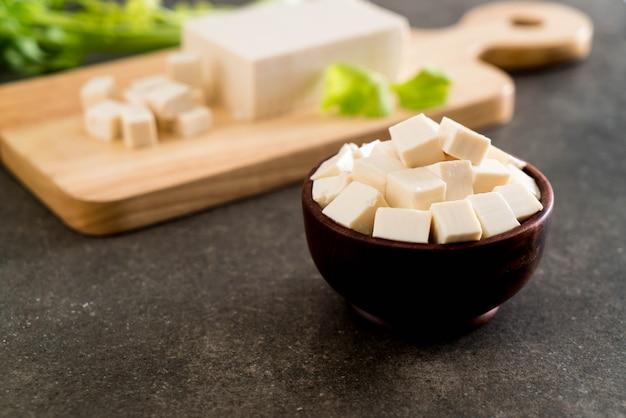 Tofu en el tablero de madera