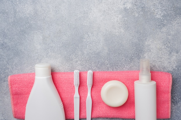 Toiletry, crema de jabón y toalla de cepillo de dientes