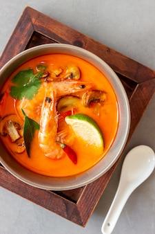 Tom ñam sopa. cocina tailandesa. alimentación saludable. recetas.